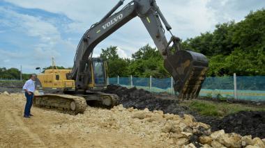 Una máquina remueve el terreno para la pavimentación de un tramo de vía en el sur del departamento.