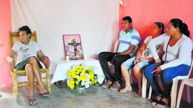 La familia de Santiago Bolaños realizó el funeral en la sala de su hogar.