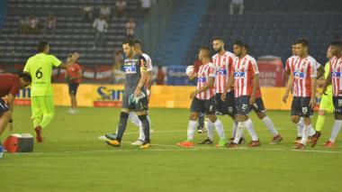 Los jugadores de Junior se lamentan tras la derrota ante Envigado.