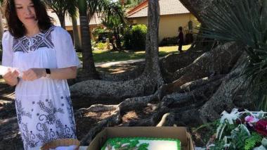 Mujer se casa con un árbol para evitar que lo talen