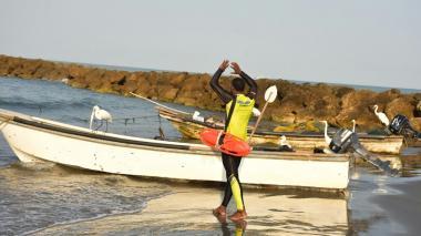 Un salvavidas alerta a los bañistas desde la orilla, en un sector de Cartagena.
