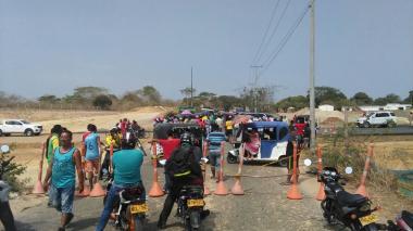 Manifestantes bloquean Sexta Entrada, a la altura de Caracolí.