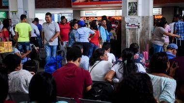 Usuarios de la terminal en busca de un pasaje al mediodía de ayer.
