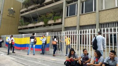 Los estudiantes y docentes permanecen en las afueras del Sena.