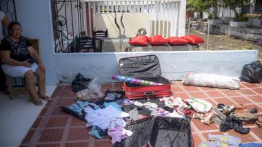 La familia Núñez mientras secaba con el sol prendas de vestir y fotografías.