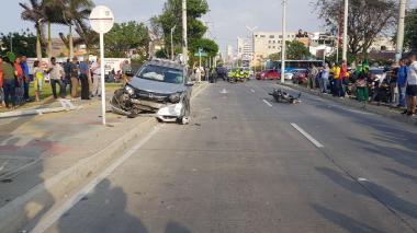 Tras embestir la moto y la bicicleta, el vehículo se estrelló contra un poste de luz.