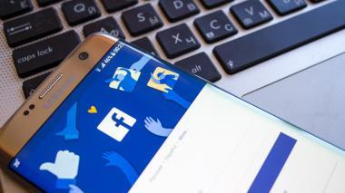 Aspecto de un teléfono celular al momento de haber descargado la aplicación de la red social Faceboook.