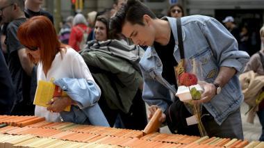En Cataluña, la fiesta del libro y de la rosa marcada por el conflicto político