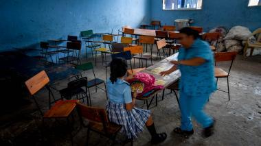 Estudiantes reciben clases a medias por falta de electricidad