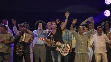 Carlos Vives junto a algunos exponentes del folclor.