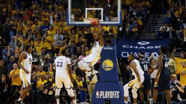 Warriors aplastan a Pelicans y se adelantan en semifinales del Oeste