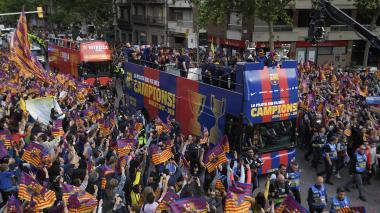 Hinchas acompañan al Barca a celebrar su doblete de Liga y Copa