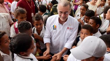 El gobernador del Atlántico, Eduardo Verano De la Rosa, visitando a los niños de los diferentes colegios.