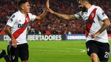 Juan Fernando Quintero (izq) y Lucas Pratto (der) festejan el tanto de River Plate.