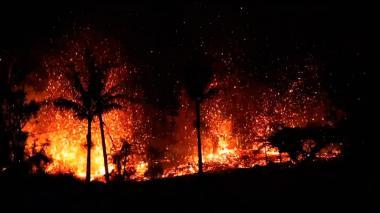 Volcán destruye treinta viviendas y amenaza muchas más en Hawái