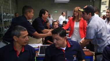 La ministra de Trabajo y el alcalde de Barranquilla saludan a varios de los aprendices del Sena.