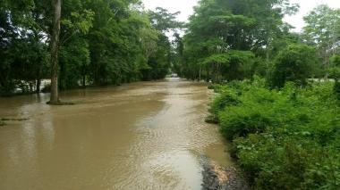 Este es el punto de la vía donde se imposibilitó el paso este domingo, por el desbordamiento de un arroyo en Chimá.