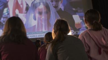Sombreros, lazos y pijamas: la secundaria de Meghan madruga para ver la boda real