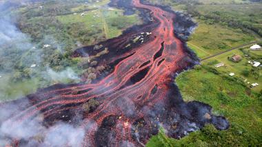En Hawái temen por catástrofe tras lava volcánica que acecha planta eléctrica
