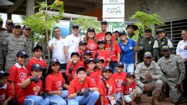 Algunas de las personas que participaron de la arborización.