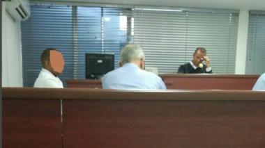 El juez primero penal Jaime Lindo Espitia (al fondo) atiende una de sus audiencias, en Montería.