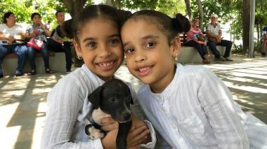 Andrea Camila y Camila Andrea Medina Muñoz junto a su nueva mascota, que decidieron llamar 'Micky'.