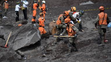 Suben a 99 los muertos por erupción de volcán en Guatemala