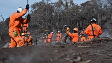 Aumentan a casi un centenar los muertos por erupción de volcán en Guatemala