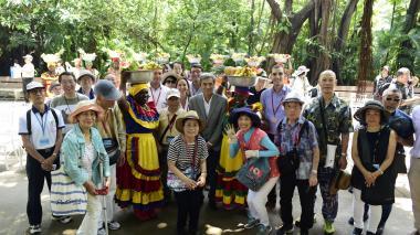 Turistas japoneses arriban a Cartagena en crucero de lujo