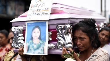 Sobrevivientes del volcán de Guatemala entierran a sus víctimas