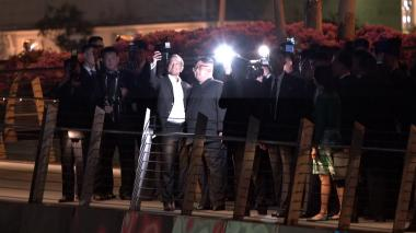 Kim Jong pasea por Singapur y regala selfies