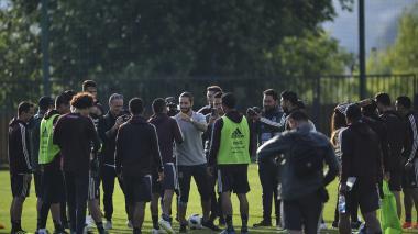 Maluma en medio de varios jugadores de la selección de México