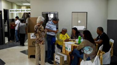 Colombianos ejerciendo su derecho al voto en Venezuela.