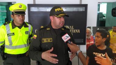 Yecid Peña, comandante operativo de la Policía Metropolitana de Barranquilla. (A la derecha) Hernán de Jesús Gutiérrez Restrepo, de 18 años, involucrado en el accidente.