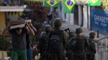 Tras enfrentamientos, realizan operación militar en favelas de Rio de Janeiro