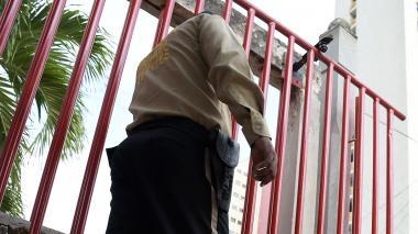 Un vigilante realiza su labor en horario diario.