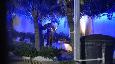 Policías inspeccionan la zona donde fue lanzado el artefacto en Malambo.