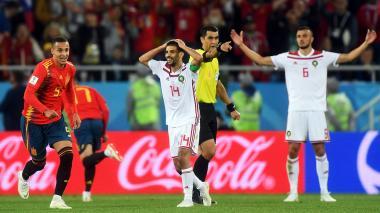 Los jugadores de Marruecos se muestran sorprendidos tras la decisión tomada por el árbitro Ravshan Irmatov.