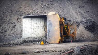En grave estado operario de camión de 240 toneladas que cayó de un talud