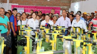 La gobernadora Rosa Cotes y el secretario de Desarrollo, Carlos Gutiérrez, lideraron la entrega de insumos a pequeños ganaderos en 10 municipios del departamento del Magdalena.