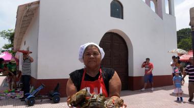 Raquel María de la Asunción, de 66 años, enseña una bandeja repleta de pasteles de Pital de Megua.