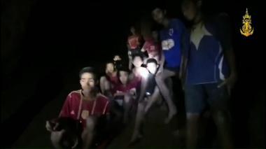 Angustioso rescate de 12 niños que cayeron en una cueva