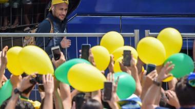 Neymar saluda a algunos aficionados tras el entrenamiento de este jueves.