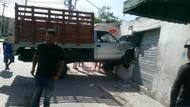 Camión pierde los frenos y choca contra llantería en el barrio Las Estrellas