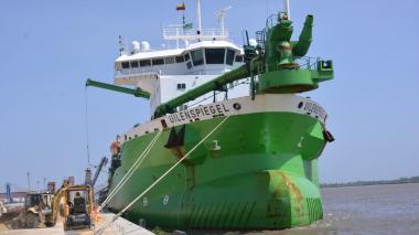 La draga Uilenspiegel anclada en Bocas de Ceniza.
