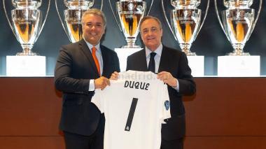 El presidente electo Iván Duque con la camiseta del Real Madrid estampada con su nombre y el #1. Se la entregó Florentino Pérez, presidente del club español.