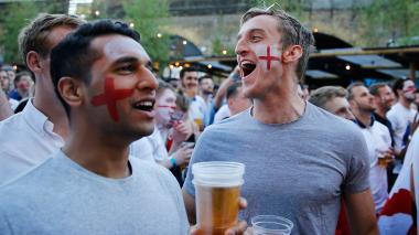 Inglaterra dispara consumo de cerveza, chalecos y música