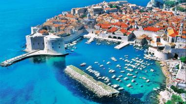 La costa dálmata de Croacia, de donde es originaria la raza de perros que lleva el mismo nombre, presenta unas maravillosas playas.