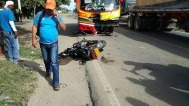 La moto quedó a un lado de la vía tras chocar de frente con el bus de servicio intermunicipal.