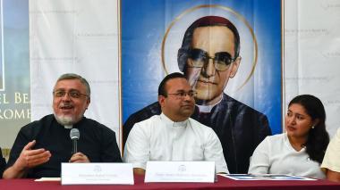 Monseñor Rafael Urrutia habla en la conferencia de prensa junto a Cecilia Flores de Rivas.
